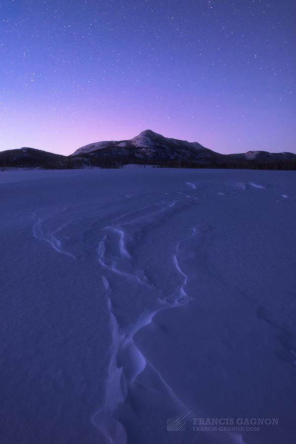 Les montagnes du Bouclier Canadien captant les dernières lueurs du jours.