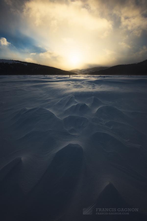Des vents extrêmes balayaient la neige de montagne en montagne, promulguant une atmosphère lunaire aux paysages.