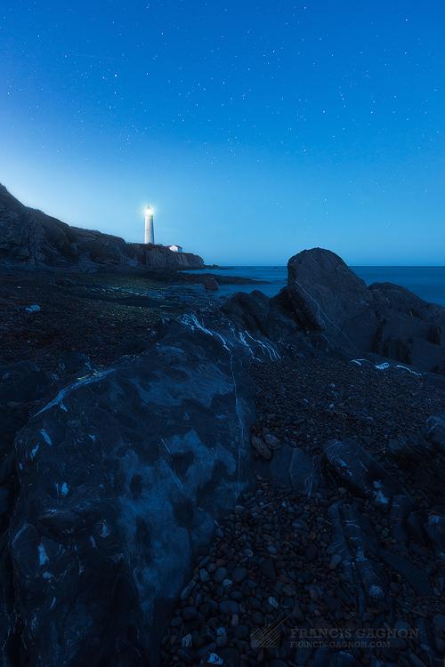 L'iconique phare de Cap-des-Rosiers lors de la tombée de la nuit.