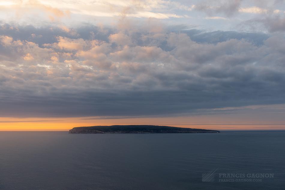 L'île Bonaventure captant les premiers rayons du soleil.