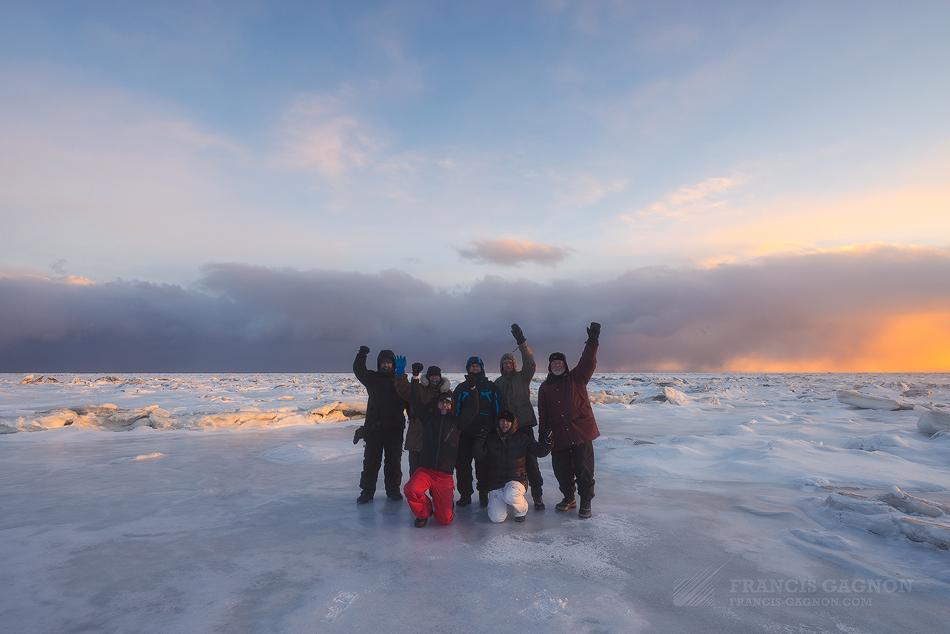 Tout le groupe sur les rives glacées du Saint-Laurent lors du coucher du soleil © Francis Gagnon