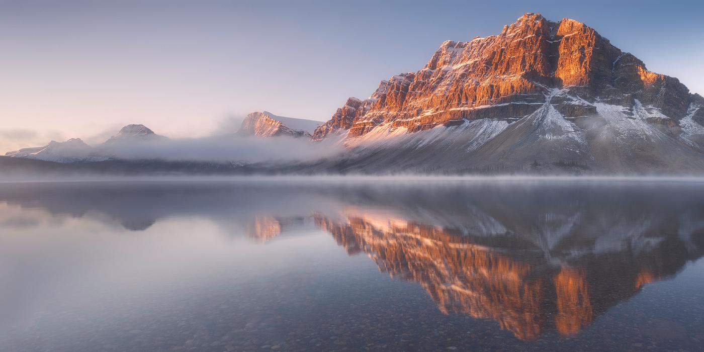 Rouler à travers les montagnes de l'Alberta